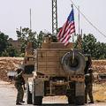 シリア・ハサカ県ラス・アルアインで有志連合の車両に乗り込む米兵(2019年7月28日撮影、資料写真)。(c)AFP=時事/AFPBB News