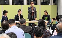 オープンマイクイベント「しんゆり映画祭で表現の自由を問う」で『主戦場』上映中止を決めた理由について説明する中山周治代表=10月30日、川崎市、筆者撮影