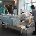 英で病床不足が問題に 重篤な患者がストレッチャーの上に数時間放置