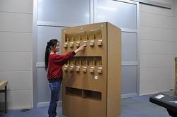 hacomoが制作した段ボール製の「自動販売機」。ボタンを押すと缶が出てくる=hacomo提供