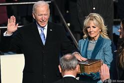 米連邦議会議事堂で行われた大統領就任式で、就任宣誓するジョー・バイデン新大統領(2021年1月20日撮影)。(c)Brendan SMIALOWSKI / AFP