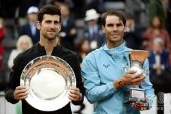 テニス、イタリア国際、男子シングルス決勝。表彰式に臨むラファエル・ナダル(右)とノバク・ジョコビッチ(2019年5月19日撮影)。(c)Tiziana FABI / AFP