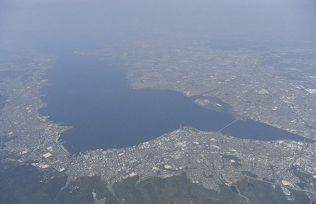 琵琶湖岸のスーツケー…