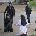 ミャンマー北部カチン州ミッチーナで、警官にデモ参加者を傷つけないよう嘆願する修道女のアン・ローズ・ヌ・タウンさん。ミッチーナ・ニュースジャーナル提供(2021年3月8日撮影、9日提供)。(c)AFP PHOTO / Myitkyina News Journal
