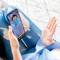 スマホで顔を見ながら話せる機能を搭載したマッチングアプリも(写真/GettyImages)