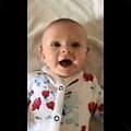 音を聞いて満面の笑みを見せる赤ちゃん(画像は『Paul Addison 2019年12月5日付Twitter「When our daughter's new hearing aids are turned on in the morning」』のスクリーンショット)