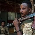 エチオピア・ティグレ州ダンシャで、銃を肩にかける軍特殊部隊の兵士(2020年11月25日撮影)。(c)EDUARDO SOTERAS / AFP