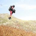 英イングランド北西部にある湖水地方国立公園で救急隊員がジェットスーツで現場に急行する実験を行う、グラビティ・インダストリーズの創業者リチャード・ブラウニング氏(2020年9月29日提供)。(c)AFP PHOTO /GNAAS