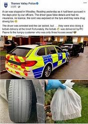 逮捕した運転手の代わりにケバブを届けた警察官(画像は『Thames Valley Police 2020年10月24日付Facebook「A car was stopped in Woodley, Reading yesterday as it had been pursued in the days prior by our officers.」』のスクリーンショット)