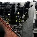 ドイツ西部ウィーゼルで、超軽量飛行機が墜落した民家を調べる消防士ら(2020年7月25日撮影)。(c)Ina FASSBENDER / AFP