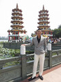 高雄の観光地である蓮池潭の龍虎塔をバックに笑顔のAKIRA