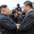 北朝鮮の平壌空港で、中国の習近平国家主席(右)を見送る金正恩朝鮮労働党委員長(2019年6月21日撮影、22日公開)。(c)AFP=時事/AFPBB News