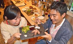 岡山県美作市産の鹿肉を楽しむ来店客(東京都渋谷区で)