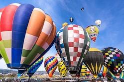 色とりどりの熱気球が大空へ次々と舞い上がる/写真は主催者提供