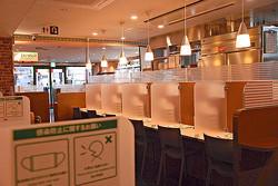 1人客用のカウンター席を設けたサイゼリヤ地下鉄赤塚店の店内(東京都練馬区で)
