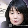 李容洙さん(左)は会見で尹美香氏に対する不満をあらわにした(コラージュ)=(聯合ニュース)