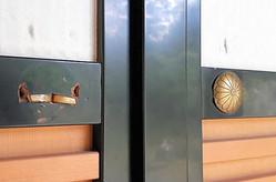 「上々段の間」の障子戸につけられた菊紋の金具(右)。左側が盗まれた跡=2020年6月29日午後0時52分、宮城県松島町の瑞巌寺、志村英司撮影