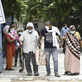 インド・ニューデリーで、新型コロナウイルスの検査所を後にする家族(2020年6月29日撮影、資料写真)。(c)SAJJAD  HUSSAIN / AFP