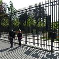 仏パリ・リュクサンブール公園の閉鎖された門扉(2020年4月20日撮影)。(c)ERIC PIERMONT / AFP