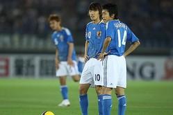 南アフリカ・ワールドカップ・アジア最終予選での中村俊輔(左)と中村憲剛(右)。(C)SOCCER DIGEST