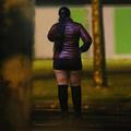 仏北西部カンで、路上に立つ性労働者(2017年11月29日撮影、資料写真)。(c)CHARLY TRIBALLEAU / AFP