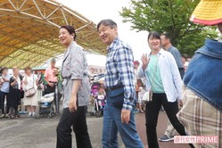 8月29日の夕方ごろ、ご一家をひと目見ようと園内にいた約100人が集まり列を作った