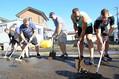 道路に流れ込んだ泥をかき出すカナダ代表の選手ら=2019年10月13日、岩手県釜石市