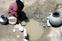 インド北部の井戸から水をくむ少女(2000年4月27日撮影、資料写真)。(c)ARKO DATTA / AFP