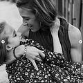 病気の7歳女児アリーちゃんと母親(画像は『Morgan Cheek 2020年10月10日付Instagram「First off, thank you to everyone who reached out about pictures.」』のスクリーンショット)