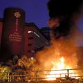 2019年11月18日、政府への抗議活動が続く香港理工大学で火の手が上がった=ロイター