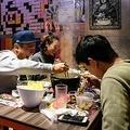 香港・旺角地区でサム・ウォンさんが家族経営する火鍋店で、鍋を囲む客たち(2020年2月11日撮影)。(c)Anthony WALLACE / AFP