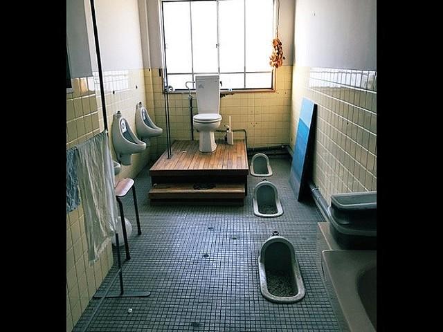 和式と洋式の格差がすごい 改装中のビルで発見された「王様のトイレ」がこちら