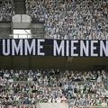 19-20ドイツ・ブンデスリーガ1部第27節、ボルシア・メンヘングラッドバッハ対バイヤー・レバークーゼン。スタンドに置かれたファンの姿の切り抜きと、「無言の後押し」と書かれた横断幕(2020年5月23日撮影)。(c)Ina FASSBENDER / POOL / AFP
