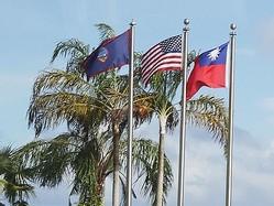 はためく(左から)グアムの旗、米国旗、中華民国国旗=2017年11月3日、グアム