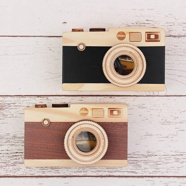 出会えたらラッキー!カルディの人気「カメラ缶」に木製バージョン出てるよ〜