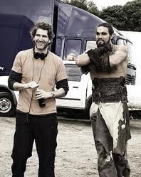 『ゲーム・オブ・スローンズ』現場でのデヴィッド・ベニオフ(右はジェイソン・モモア)