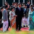 10月13日、ネパールに到着した習近平中国主席。娘たちと共に出迎えたネパールのバンダリ大統領(PRAKASH MATHEMA/POOL/AFP via Getty Images)