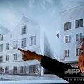 オーストリア・ウィーンにある同国の内務省で開かれた記者会見で、採用されたアドルフ・ヒトラーの生家の改修計画の画像を指さす男性(2020年6月2日撮影)。(c)JOE KLAMAR / AFP