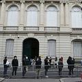 在仏中国大使館の前に並ぶマスク姿の人々(2020年3月17日撮影、資料写真)。(c)Ludovic Marin / AFP