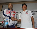 <サッカー日本代表会見>タジキスタンのトシェフ監督(左)と握手する森保監督(撮影・西海健太郎)