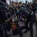 トルコ・イスタンブールのボアジチ大学の外で警官に拘束される女性(2021年2月1日撮影)。(c)Bulent Kilic / AFP