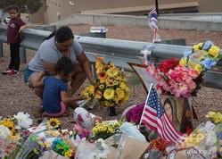 銃乱射事件が起きた米テキサス州エルパソの小売り大手ウォルマート前で、犠牲者を追悼し住民らが置いた花束(2019年8月4日撮影)。(c) Mark RALSTON / AFP