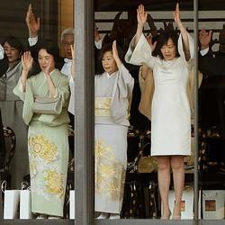出席者による万歳で際立ったのが昭恵夫人(右)の脚部露出だった(ロイター)