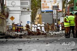 スリランカの中心都市コロンボにある「聖アンソニー廟」付近で、警察による爆弾の処理中に発生した爆発で、現場に散乱した自動車の残骸(2019年4月22日撮影)。(c)AFP=時事/AFPBB News
