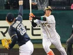先頭打者本塁打を放った阪神・近本