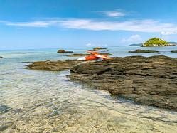 標的機とみられる機体が見つかった竹富島の海岸(竹富町提供)