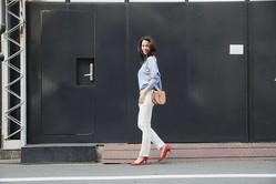 黒い壁の前で歩く女性