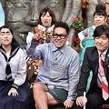 7月29日(日)放送の「世界の果てまでイッテQ!」でVTRを見届ける内村光良、宮川大輔らメンバー/(C)NTV
