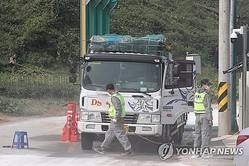 畜産施設に出入りする車両を消毒する防疫当局=1日、坡州(聯合ニュース)