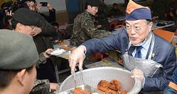 軍でとんかつを配膳する文大統領。統治時代のとんかつ料理を律儀に守る